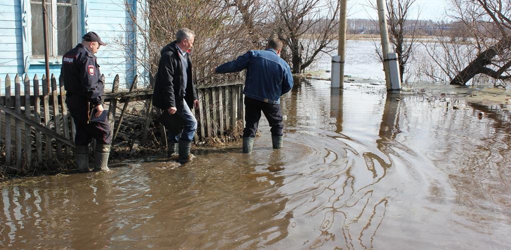 В Омской области «стабильно» подтопило дороги и жилые дома