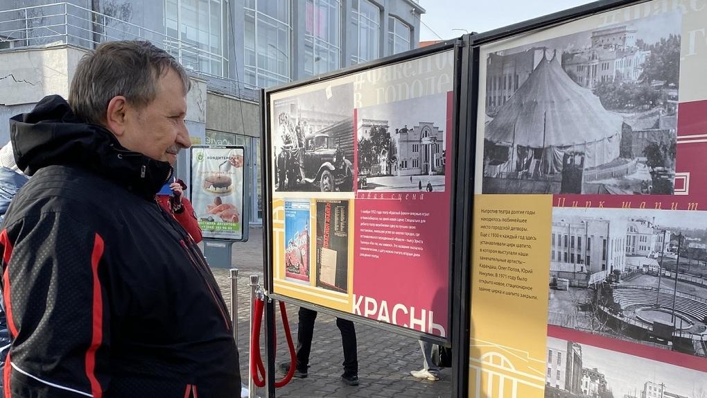 В Новосибирске появилась выставка под открытым небом в честь 100-летия театра «Красный факел»