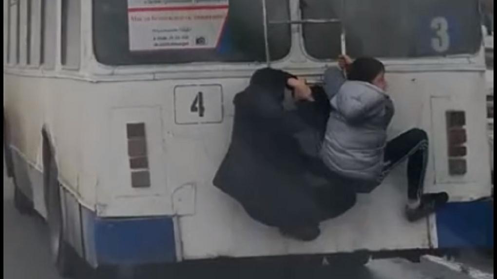В Омске школьники-зацеперы катались на троллейбусе