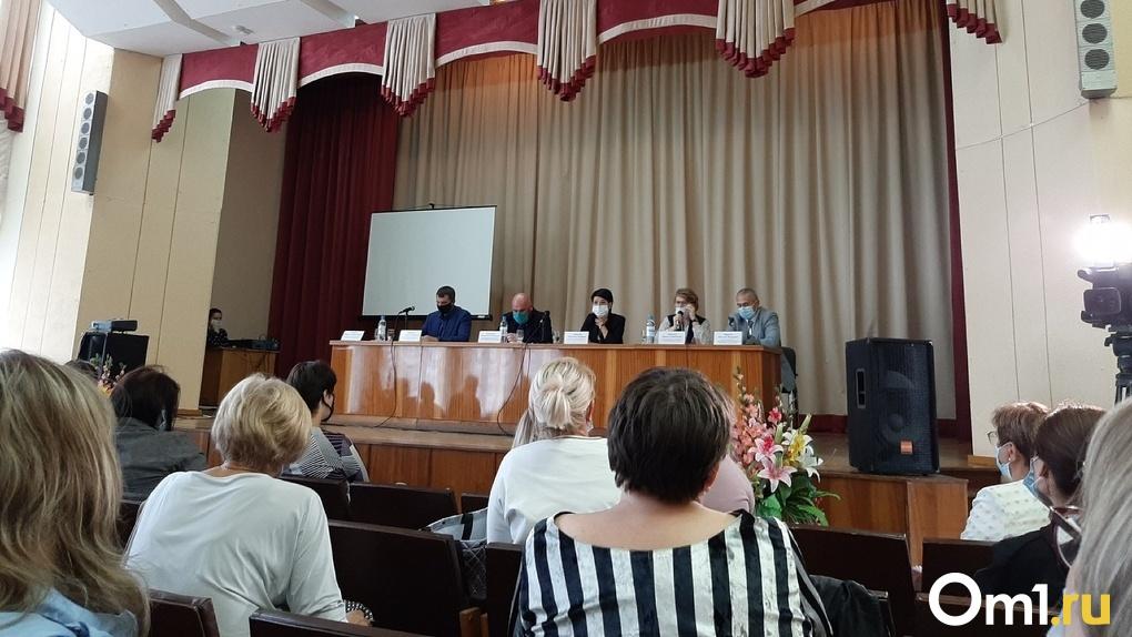 В Омске провели экстренное собрание для родителей учеников гимназии №88. Школу признали аварийной