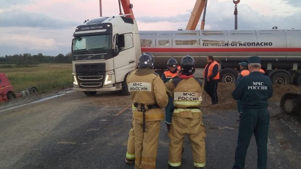 Пьяный водитель опрокинул цистерну с опасным газом в Новосибирской области