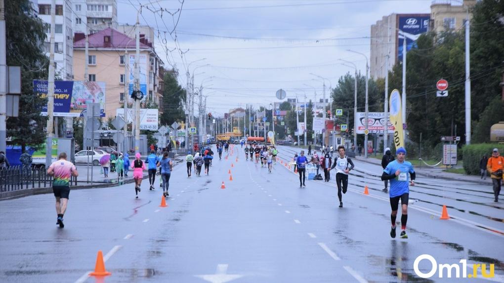 Мокрые, осенние, свои: фоторепортаж с Сибирского международного марафона в Омске