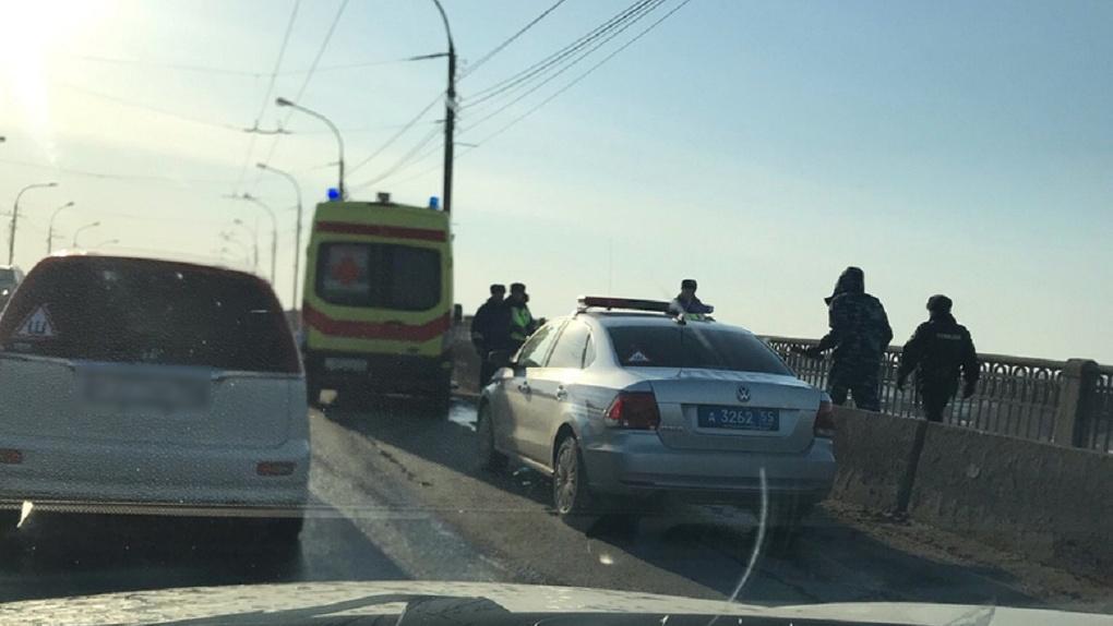 ВОмске полиция арестовала девушку, которая сидела наперилах моста