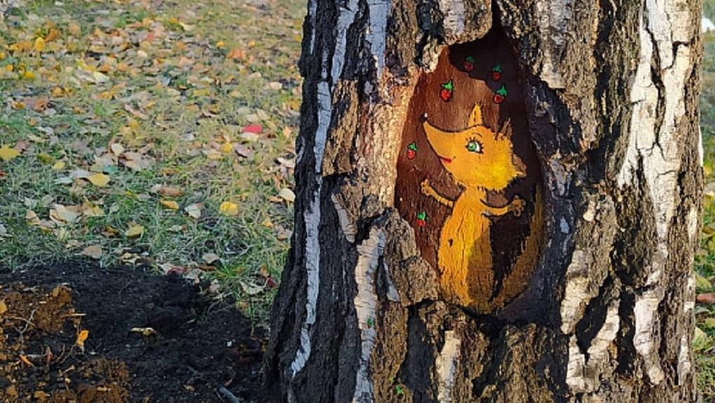 Жительница Новосибирска расписала деревья около ГПНТБ
