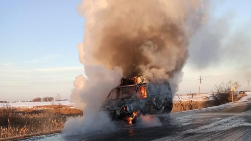 На омской трассе сгорела новая машина скорой помощи