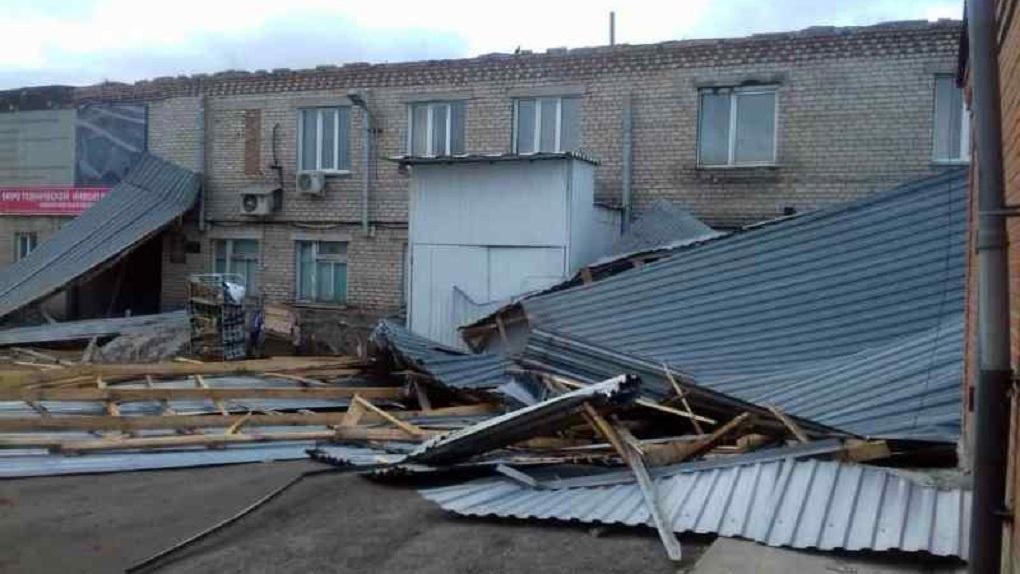 Шквальный ветер сорвал крышу Пенсионного фонда в Новосибирской области
