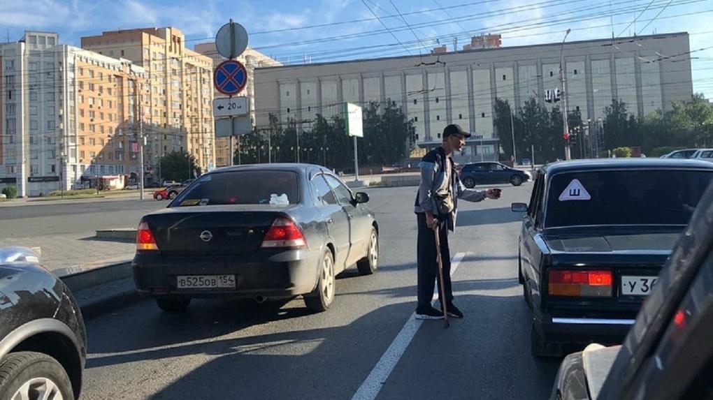 «Он создаёт пробку»: новосибирских автовладельцев возмутил просящий милостыню мужчина