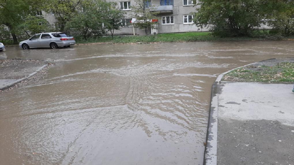 В Новосибирске из-за коммунальной аварии улица превратилась в бассейн