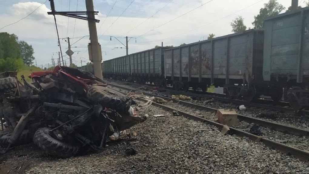 В омских соцсетях появились кадры с ДТП на железной дороге – машина МЧС на скорости врезалась в поезд