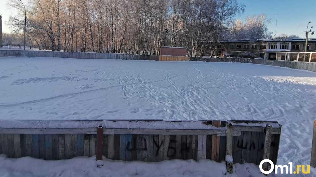 Хоккей с риском для жизни: в Новосибирске будущие чемпионы тренируются на опасной площадке