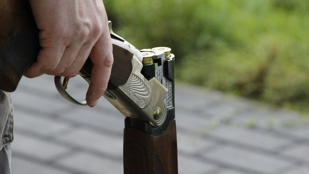 Омич встретил в собственном доме незваного гостя с оружием