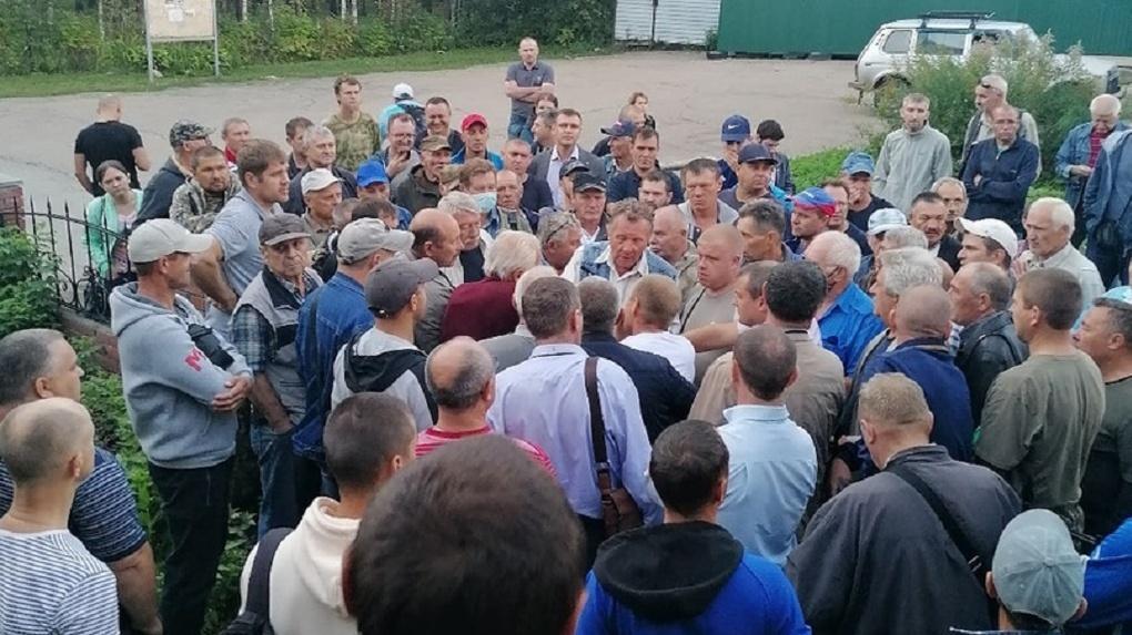 Десятки новосибирцев третий день бьются в очередях за разрешениями на охоту