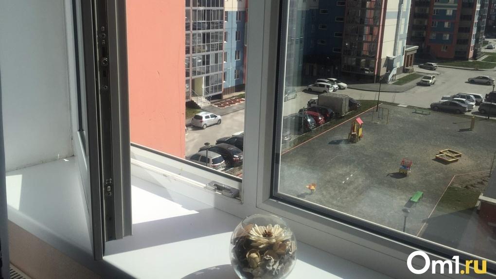 В Новосибирске двухлетняя девочка погибла после падения из окна третьего этажа
