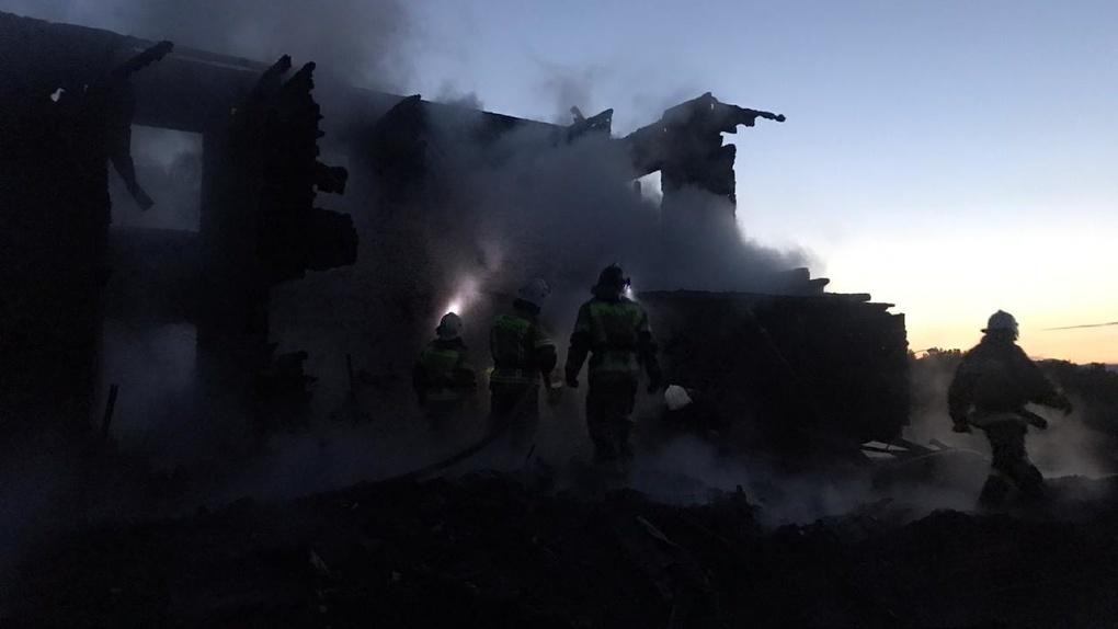 «Прыгали на одеяла с третьего этажа»: новосибирцы рассказали, как спаслись от пожара на алтайской турбазе