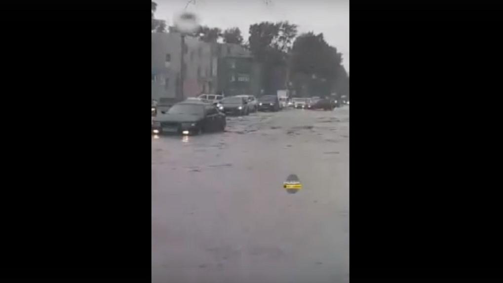 Мощный ливень затопил левый берег Новосибирска