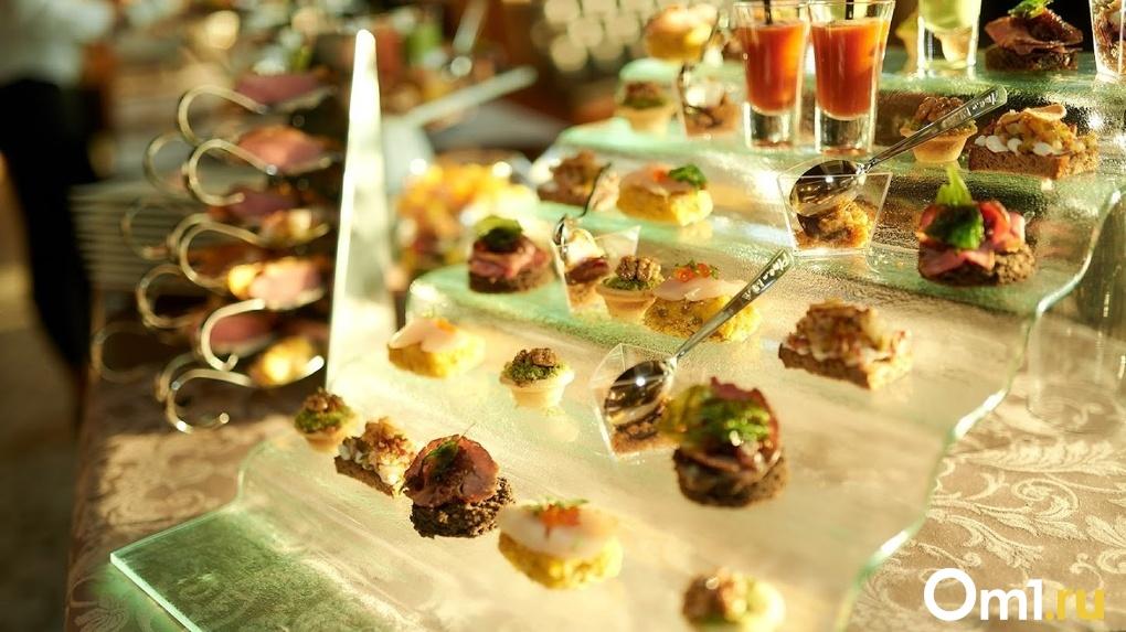 Оливье с раковыми шейками и окорок в соусе «из забытого картофеля».Что кушали омичи до революции и сейчас