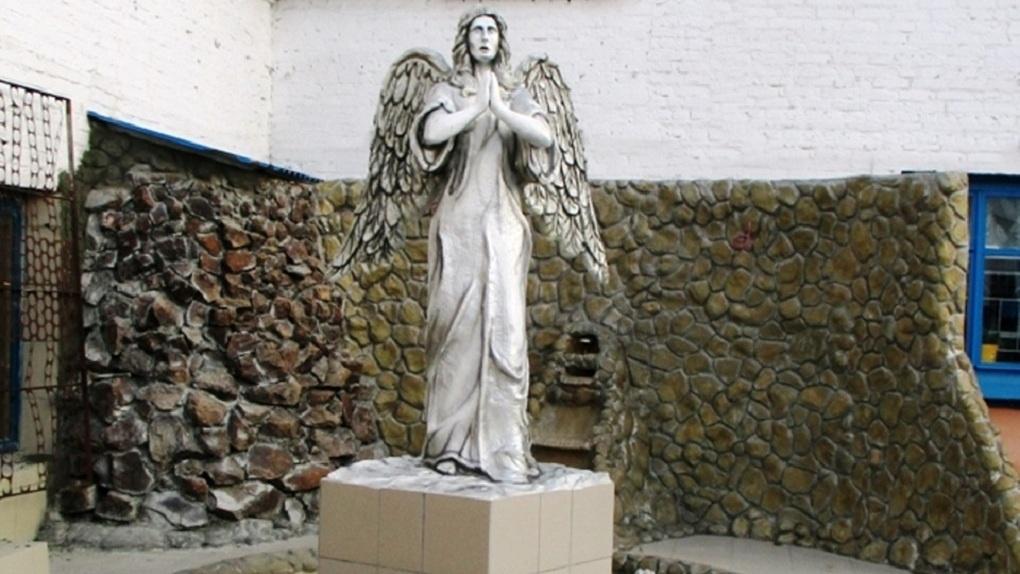 Омские заключённые сделали статую ангела, которую установили в своей колонии