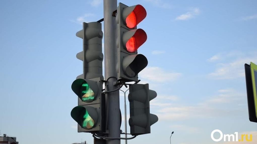 В Омске начали менять светофоры, установленные в прошлом веке