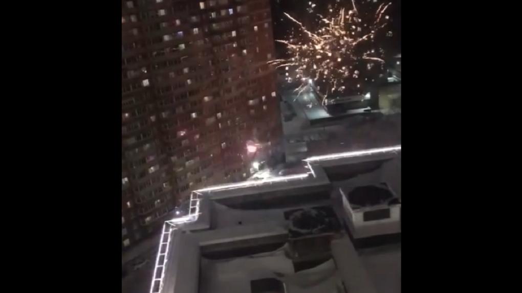 Новосибирцы обстреляли фейерверками стену многоквартирного дома