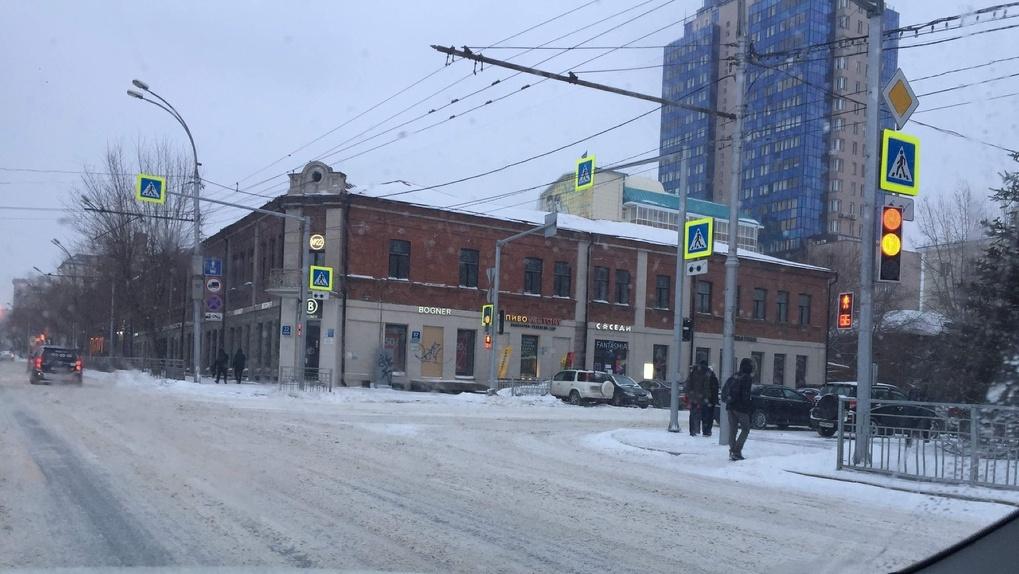 Вандалы изуродовали памятник архитектуры — Дом Сурикова в центре Новосибирска