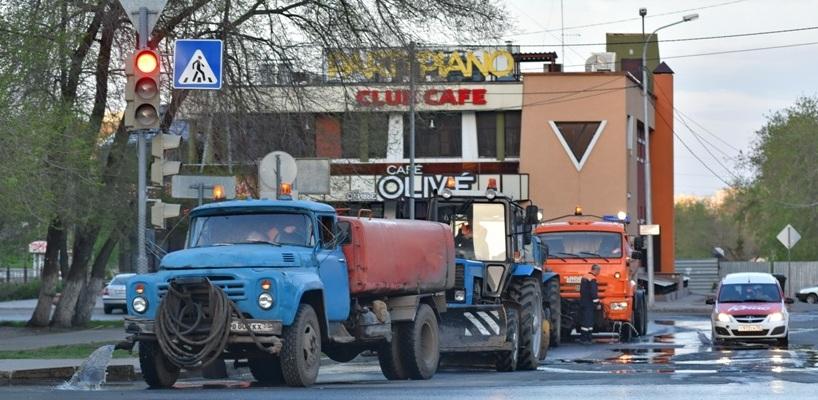 Улицы Омска начинают мыть и пылесосить в четыре утра - ФОТО