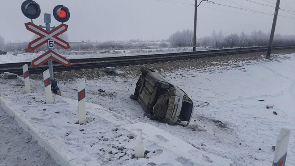 Один пропустила, второй не заметила. Стали известны подробности смертельного ДТП с поездом в Омске