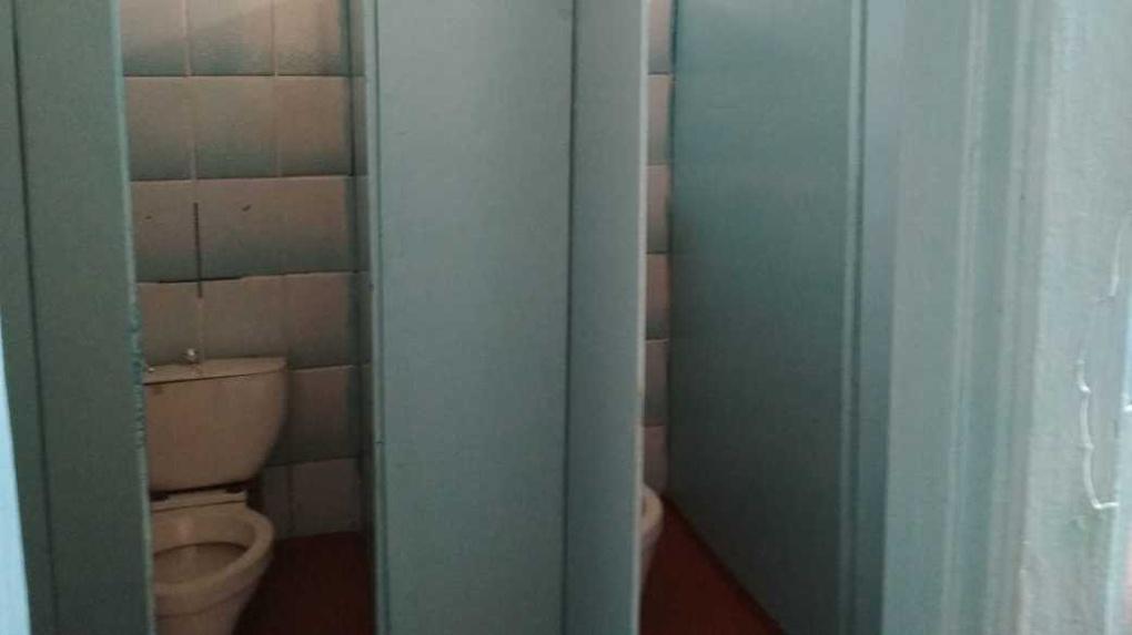 Мэрия опровергла слухи о страшных туалетах-дырках в омской школе
