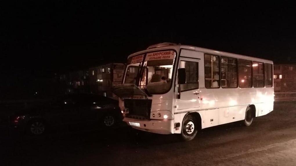 В Омске автобус №47 с 25 пассажирами в салоне протаранил две легковушки