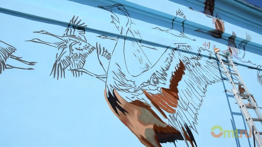 В Омске на стенах одной из подстанций появились краснокнижные журавли