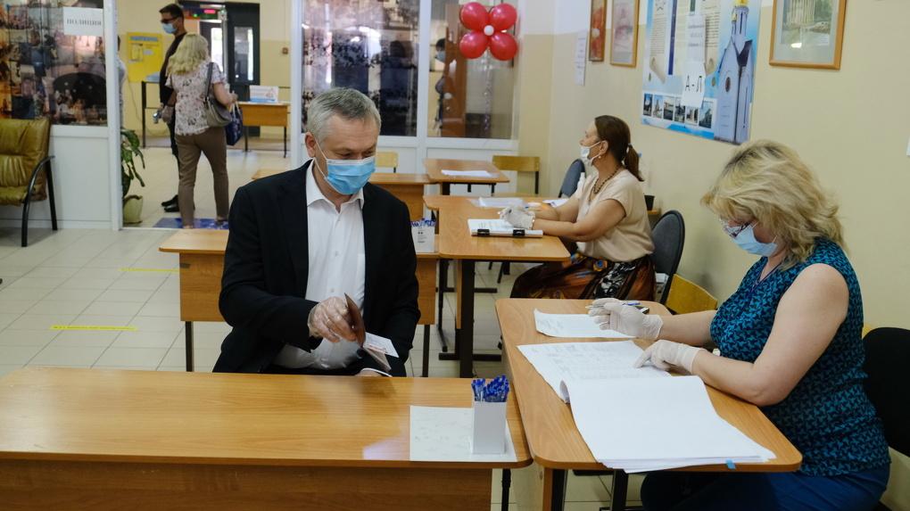 Губернатор Новосибирской области одним из первых проголосовал по поправкам в Конституцию