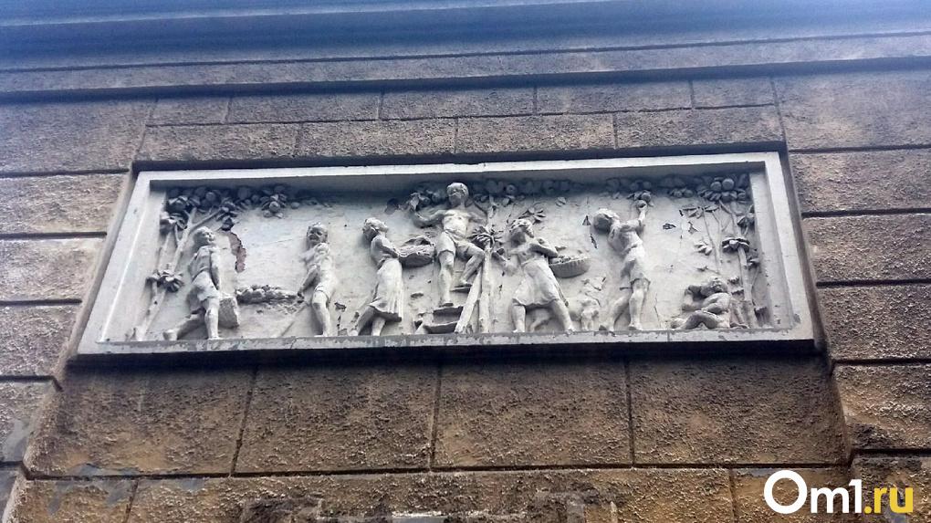 В Новосибирске начали сканировать барельефы на здании скандальной школы № 54