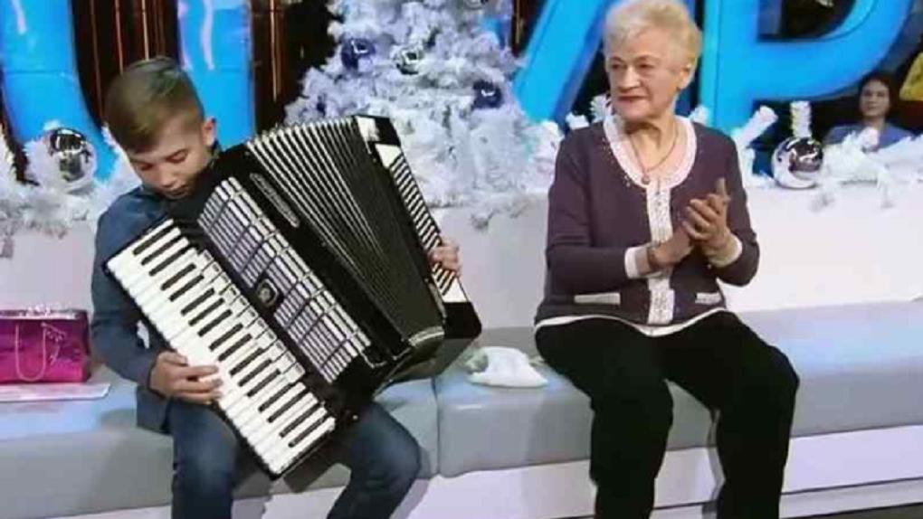 Андрей Малахов подарил аккордеон новосибирскому школьнику