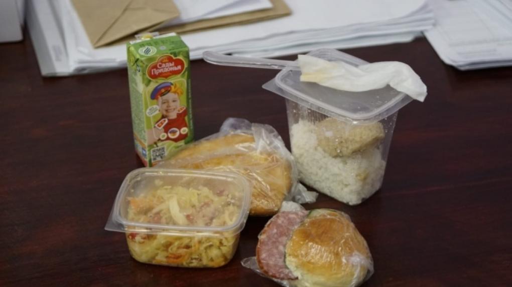 В Новосибирске членам избирательной комиссии выдали продуктовые пайки