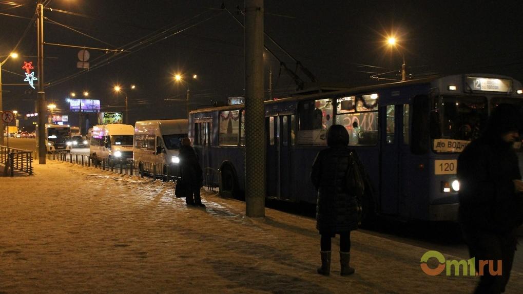Омич рассказал, как порвал штаны в городском троллейбусе