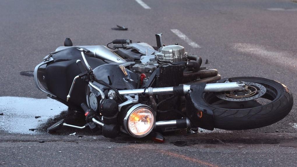 На трассе «Барнаул — Новосибирск» мотоциклист с девушкой попали под автобус