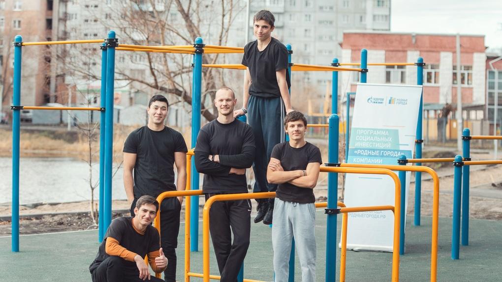 Омский НПЗ построил спортплощадку на берегу озера