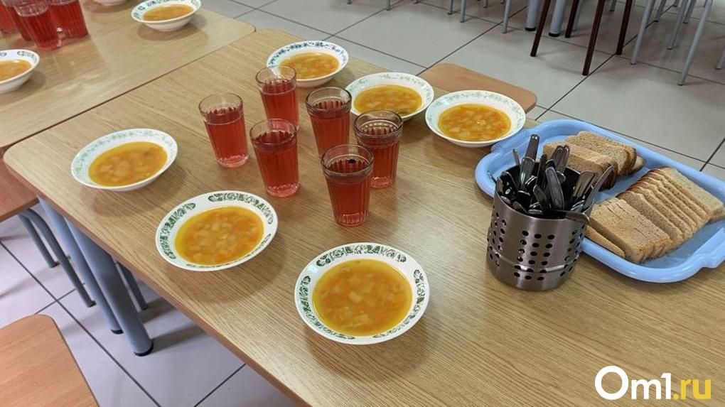 Новосибирским школьникам начали выдавать продуктовые наборы