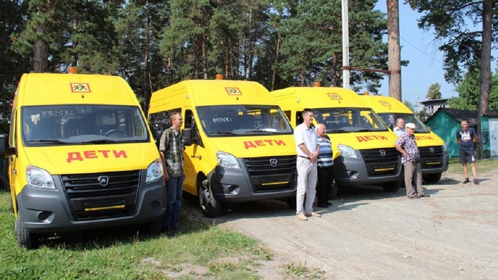 Как с картинки: три школы Новосибирской области получили ключи от новых автобусов