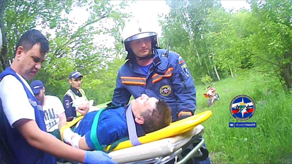 Байкер-пенсионер получил серьезные травмы во время соревнований по мотоспорту в Новосибирске