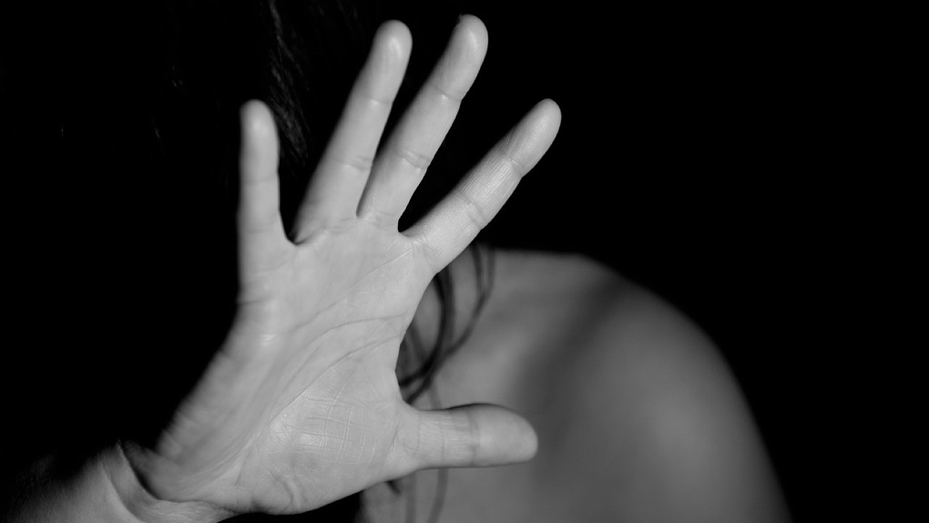 В Омске водитель такси отвёз свою пассажирку за город и изнасиловал