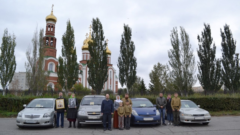 Православные активисты Омска устроили автомобильный крестный ход против «Матильды»