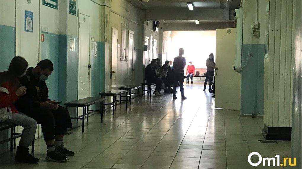 Бурков заявил, что на больничном находится до 20 процентов омских врачей