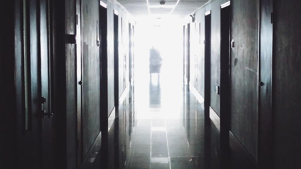 Главврач, выпавшая из окна во время совещании по коронавирусу, скончалась