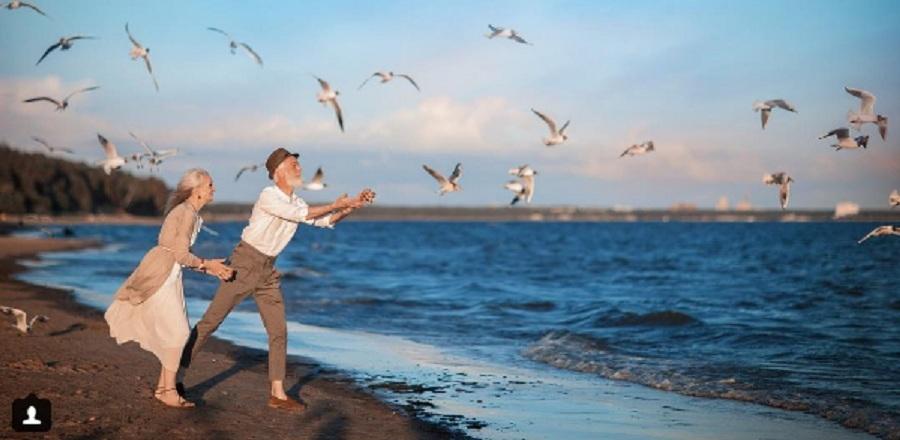 Пожилые модели из омской «Олдушки» провели романтическую фотосессию на берегу моря