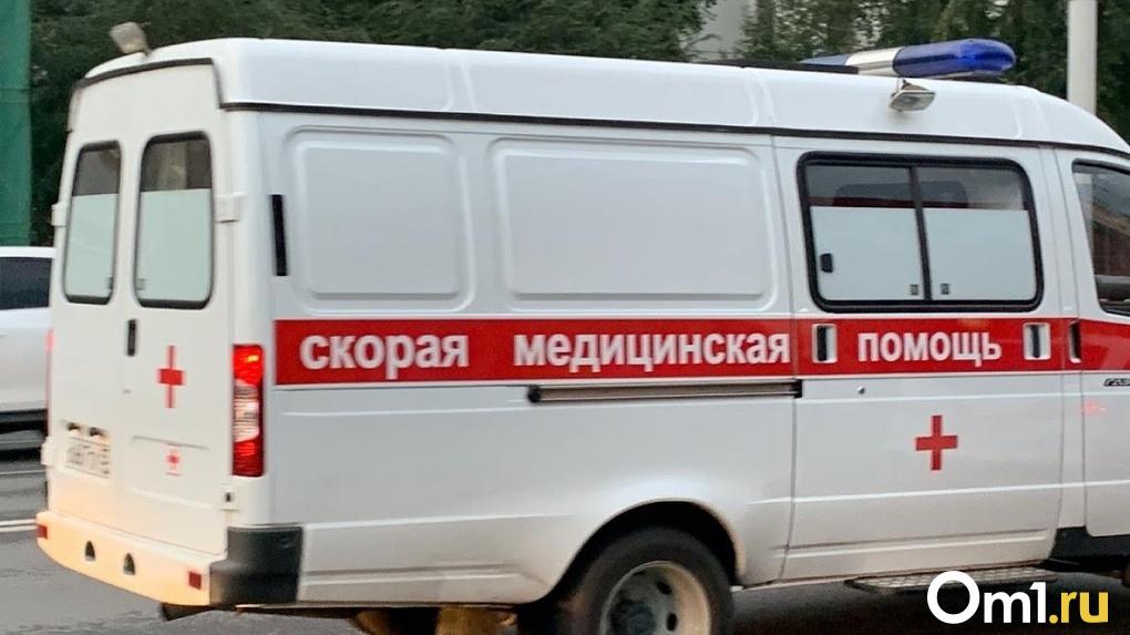 В Омской области легковой автомобиль смяло между двумя внедорожниками
