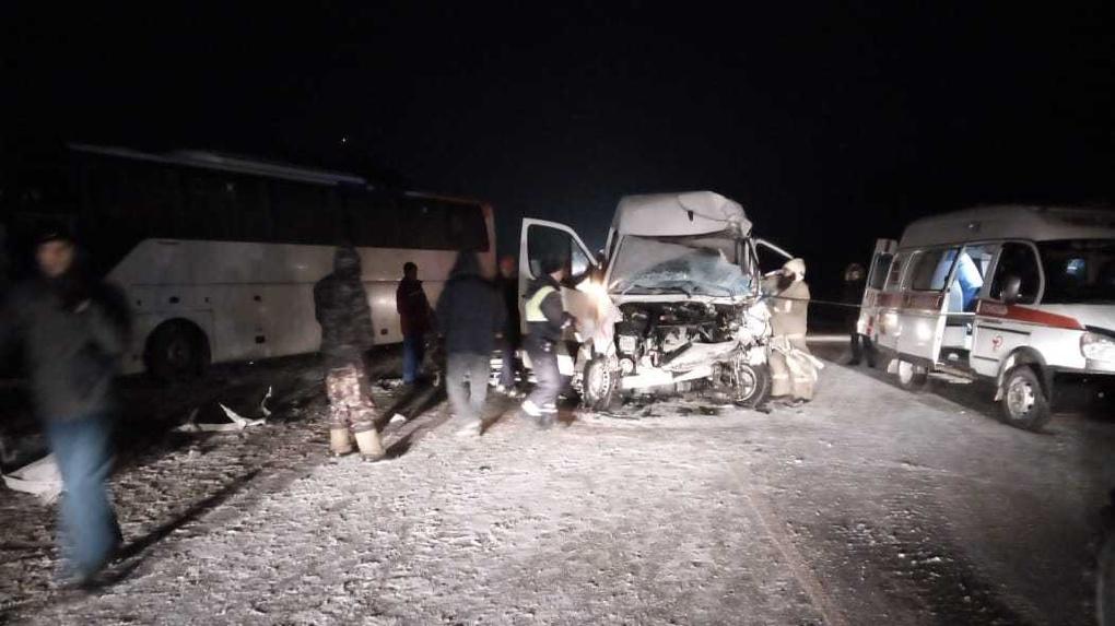 Водителя и двух пассажиров Мерседеса зажало в салоне после столкновения с автобусом