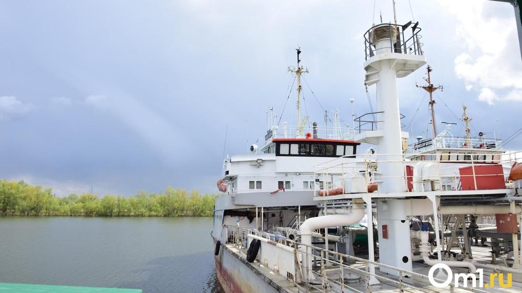 Омичи устроили алкогольный кутеж на корабле, расстроив инспекторов МЧС