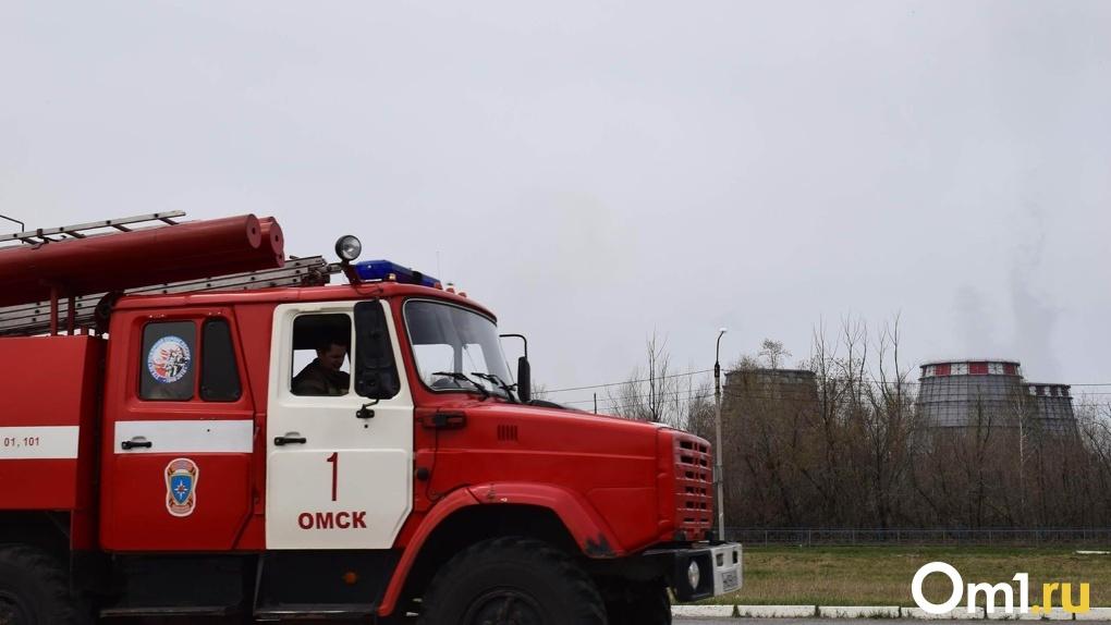 Ранним утром в Омске загорелась квартира: эвакуировали 20 человек