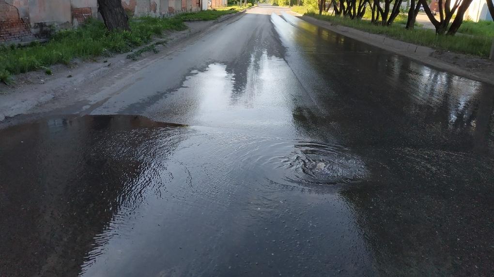 В Омске из-под асфальта забил фонтан