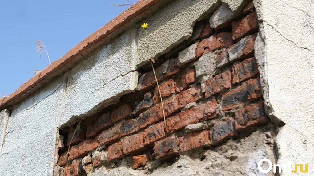 Омичи, живущие в аварийных домах, получат право на временное жильё